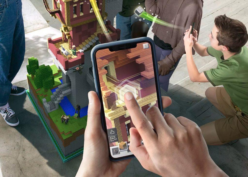 Teléfono en el que se ve Minecraft Earth
