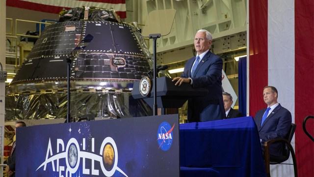 El vicepresidente de Estados Unidos Mike Pence con nave espacial