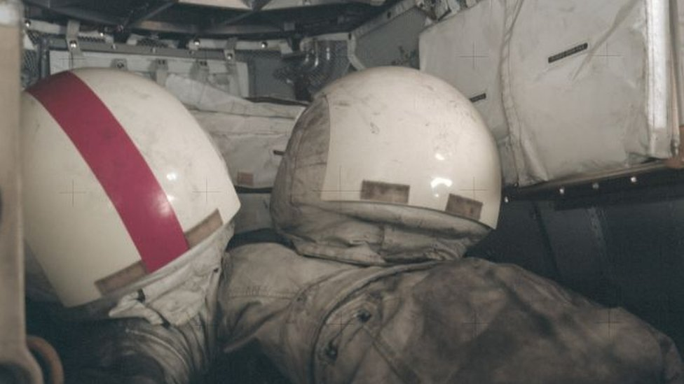Traje blanco de astronauta con polvo gris