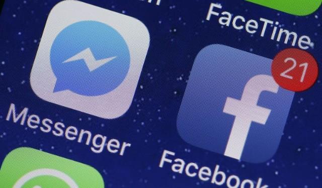 Aplicación Facebook Messenger en la pantalla de un smartphone fondo azul