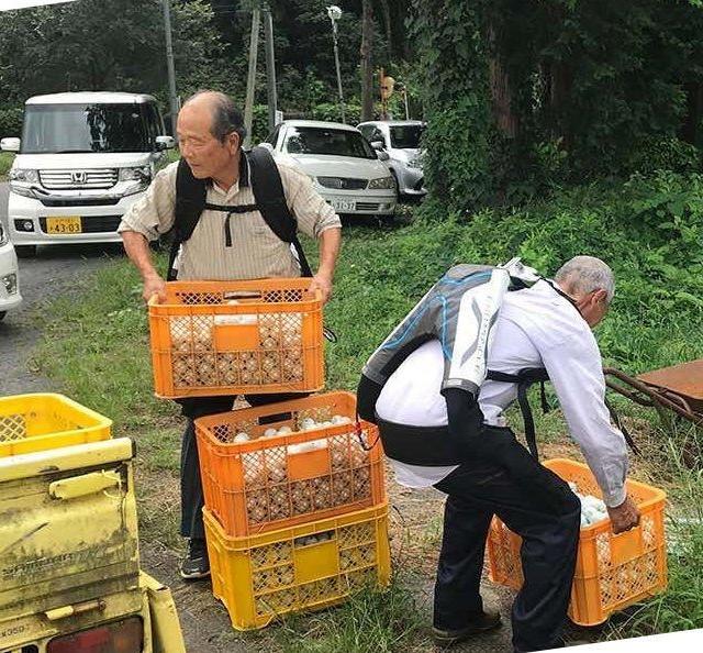 Ancianos japoneses usando exoesqueletos