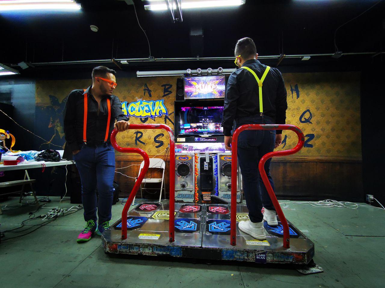 Jugadores de Pump It Up planeando su coreografía en la Frikiplaza de la Ciudad de México.