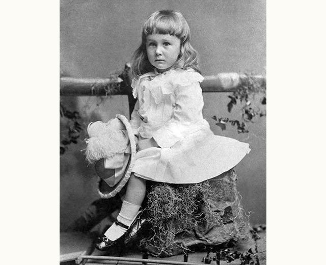 El pequeño Franklin Delano Roosevelt usando un vestido.