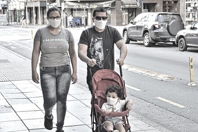 Una familia con bebé caminando coronavirus