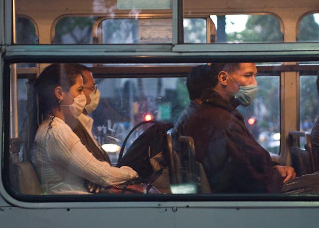 Microbus con personas con cubrebocas