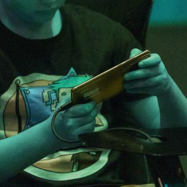 Un morro jugando con su smartphone