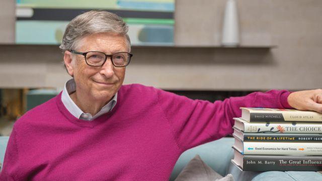 Bill Gates con una pila de libros