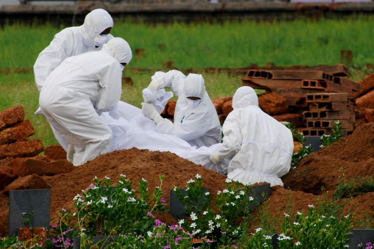 Médicos Traje Blanco Virus Nipah