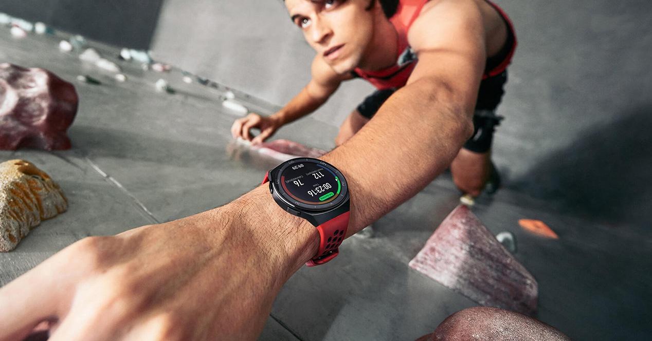 Un señor usando el Huawei Watch GT 2e
