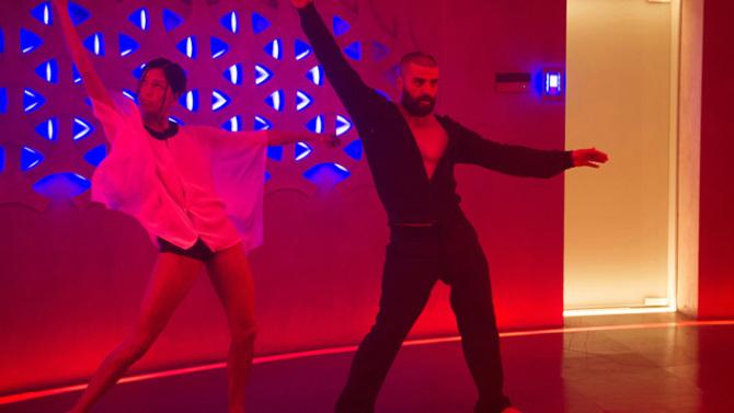 Fotograma de Ex-Machina, escena de baile con inteligencia artificial