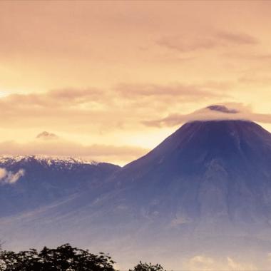 Captan relámpagos de colores alrededor del volcán de Colima