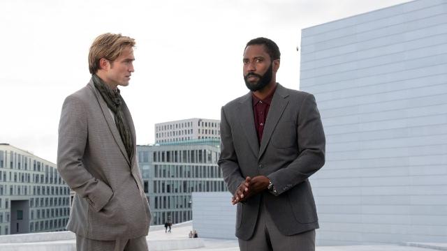 Fotograma de John David Washington, un nuevo James Bond, y Robert Pattinson