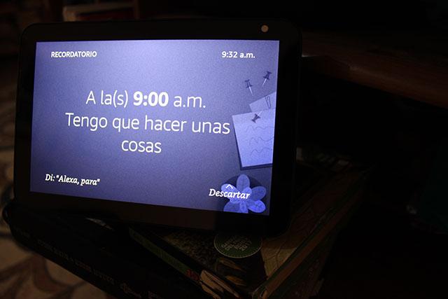 El Nest Hub mide 17.8 cm de ancho por 11.8 de alto, tiene una pantalla táctil LCD de 7 pulgadas