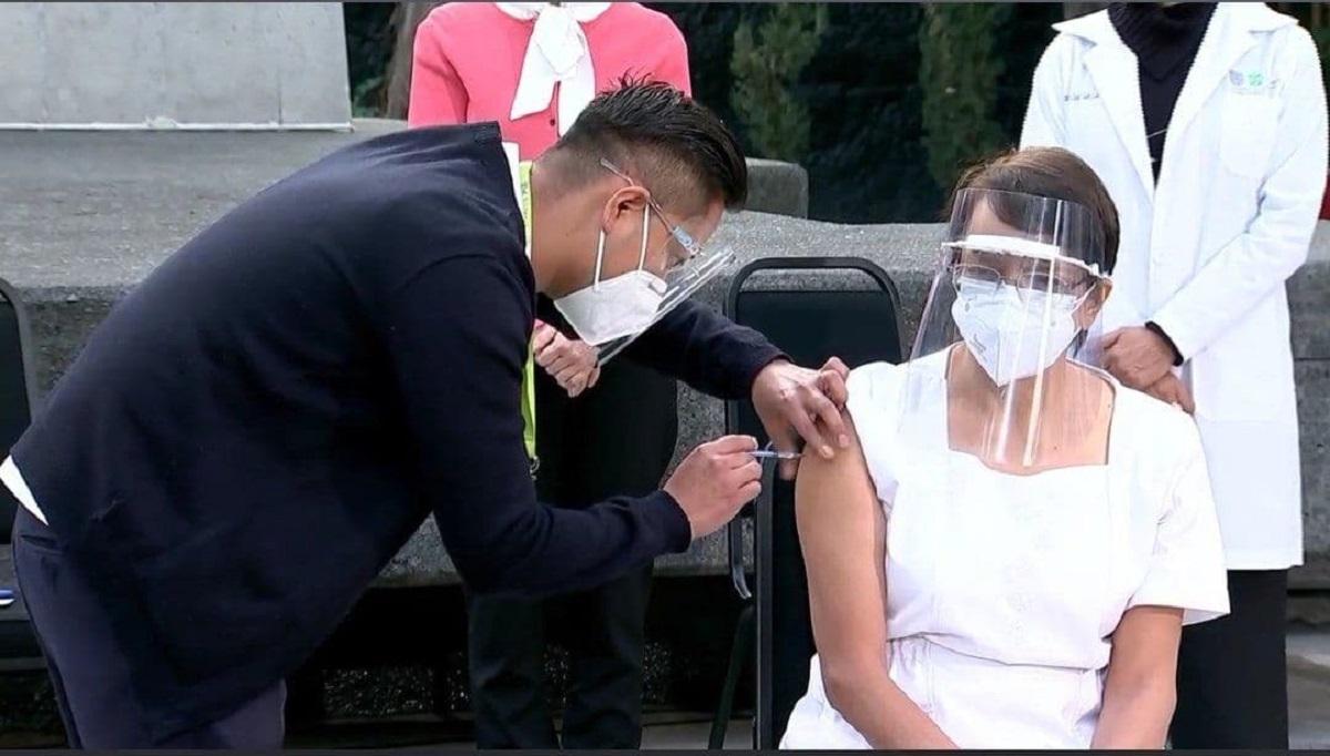 Enfermera, primera persona en recibir vacuna
