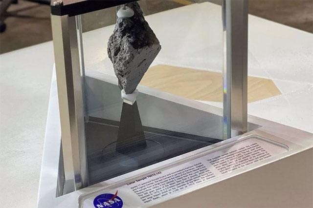 Roca Lunar traída por la misión Apolo 17 que se exhibe en la Casa Blanca. | Foto: NASA