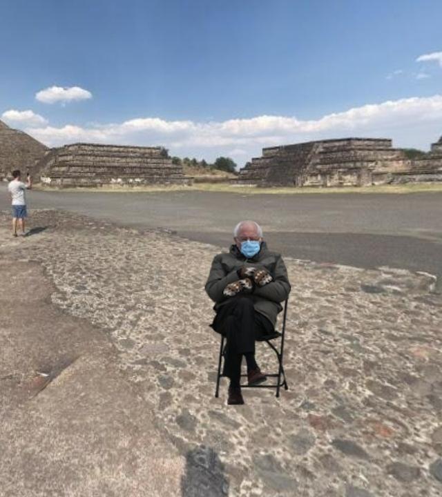 Bernie Sanders sentado en Teotihuacán