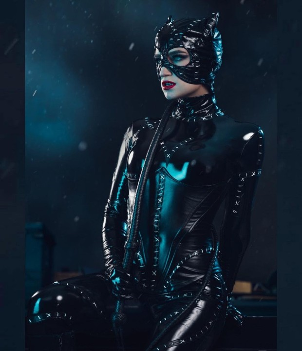 DC Comics_ Cosplayer recrea el icónico traje de Catwoman de Batman Returns