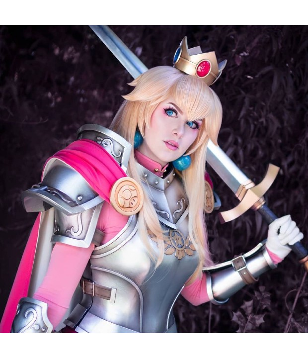 Chica recrea en cosplay un asombroso fan art de la princesa Peach portando una flameante armadura