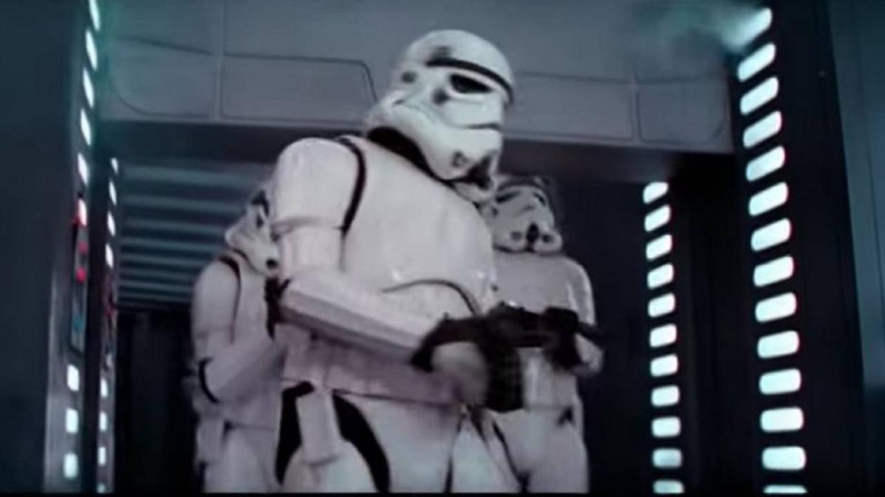 stormtrooper se golea la cabeza