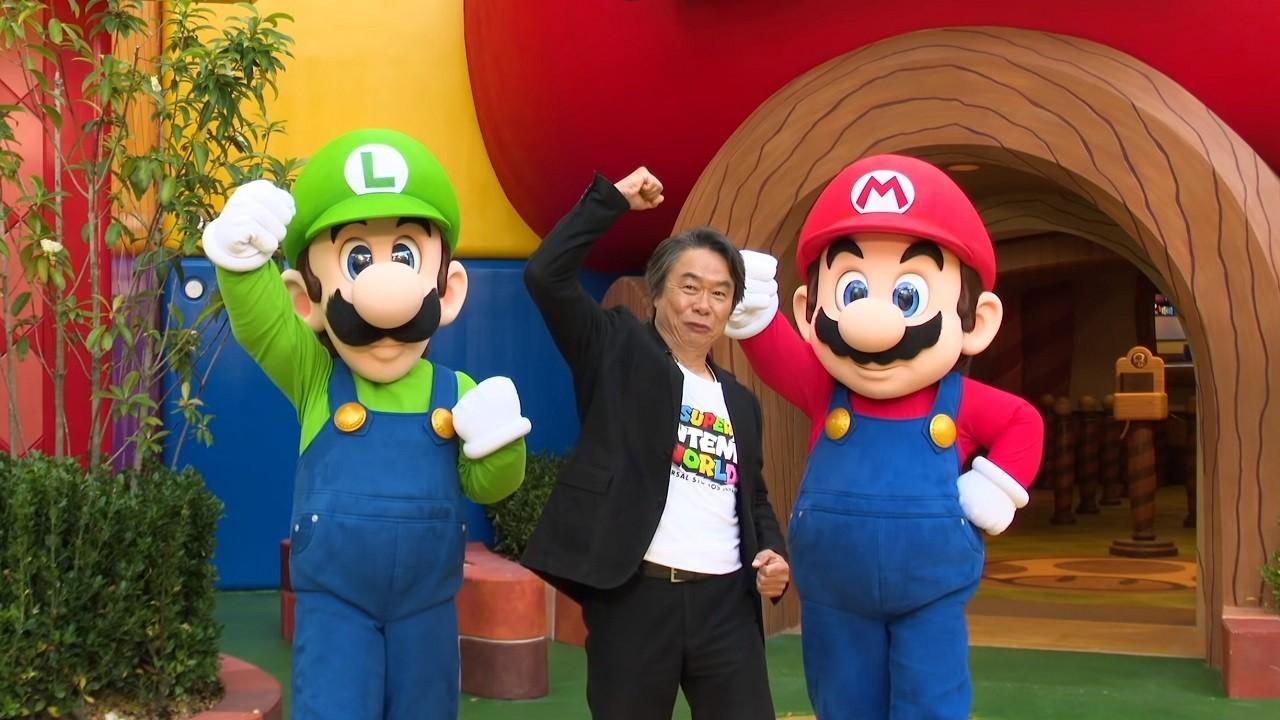 Shigueru Miyamoto junto a Mario Bros y Luigi