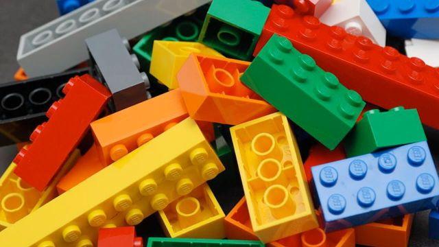 bloques de lego de colores así se fabrican