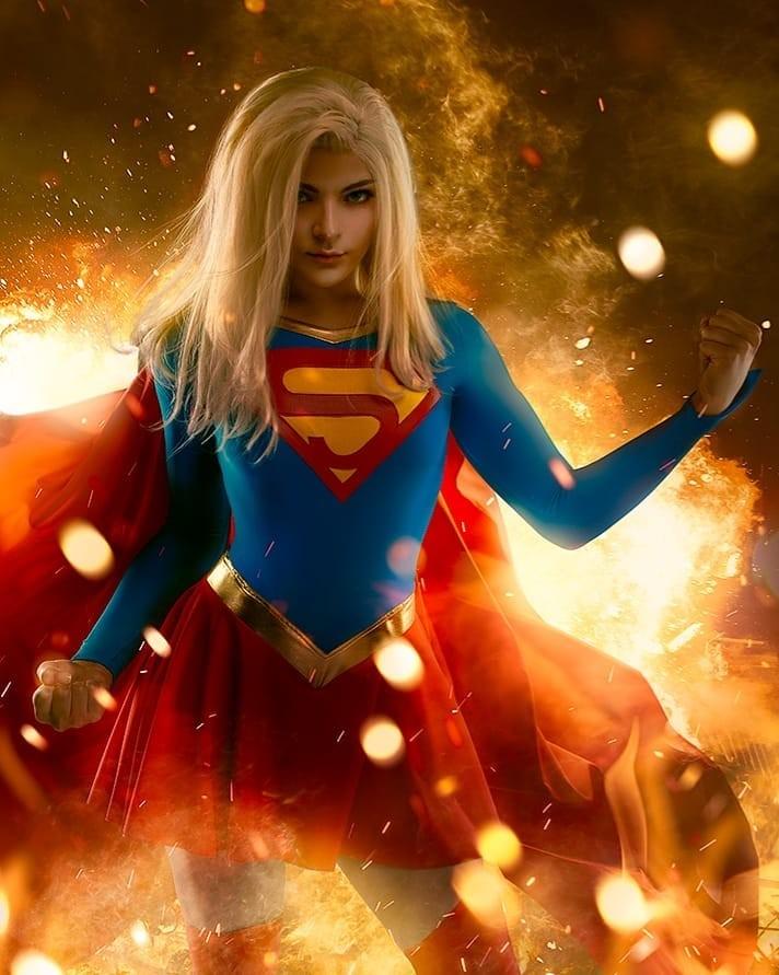 DC Comics: Cosplayer le da vida a la asombrosa Supergirl de los cómics