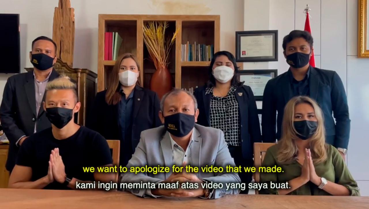 Influencers que usaron cubrebocas falso piden perdon