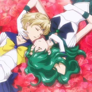 Sailor Moon: Cosplayers recrean una romántica escena entre Sailor Neptune y Sailor Uranus