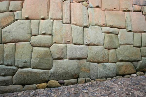 Palacio de Roca Inca, Cuzco, Perú. Otro ejemplo de extrema precisión. Ni siquiera una hoja de papel puede entrar entre las rocas, e impresionantemente estas parecen estar fusionadas. ¿Aplicación de altas fuentes de calor?