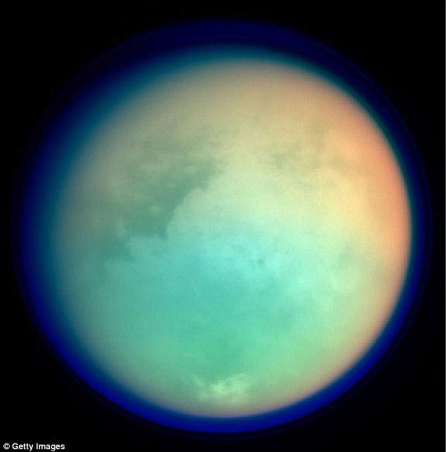 La luna más grande de Saturno, Titán, representada en longitudes de onda ultravioletas e infrarrojas. Cassini continuará observando a Titán de nuevo en los últimos meses de su misión de 2017, dando a los científicos nuevas oportunidades de ver el extraño comportamiento del tiempo en la luna gigante de Saturno.