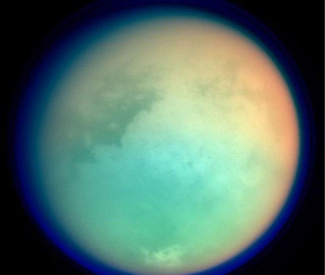 La Luna Mas Grande De Saturno Titan Representada En Longitudes De Onda Ultravioletas E