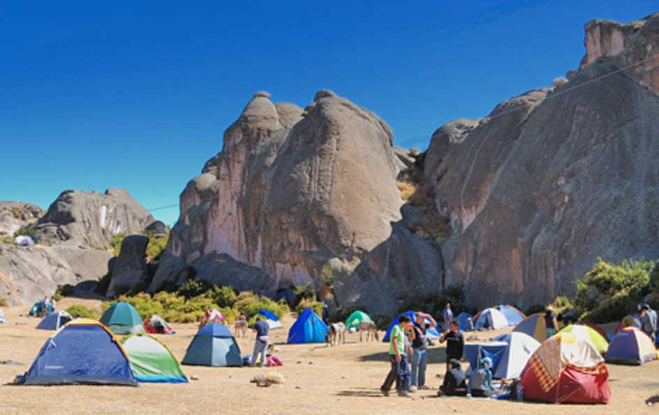 Vista de las formaciones rocosas desde una zona de acampada.