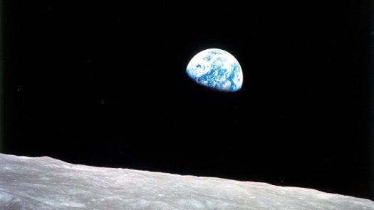 """La primera imagen de """"Salida de la Tierra"""" tomada en 1968 por el Apolo 8"""