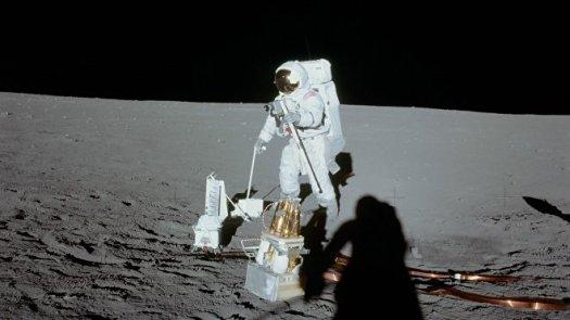 Alan Bean despliega componentes de paquetes de experimentos Apolo