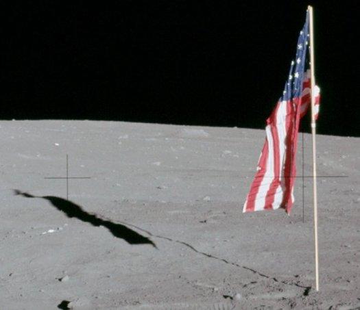 Fotografía tomada en la misión Apollo 12, mostrando la bandera de EE.UU desplegada en la superficie de la Luna.