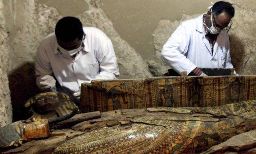Arqueólogos egipcios revisan el sarcófago hallado en Luxor.