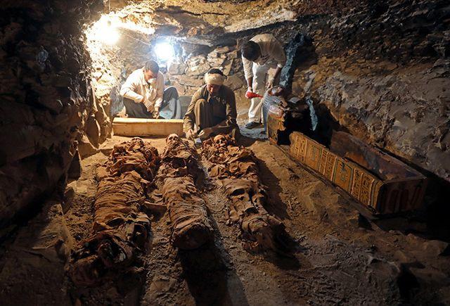 Trabajadores realizan labores arqueológicas en la recién descubierta tumba del joyero Amenemhat en Luxor, Egipto, el 9 de setiembre de 2017