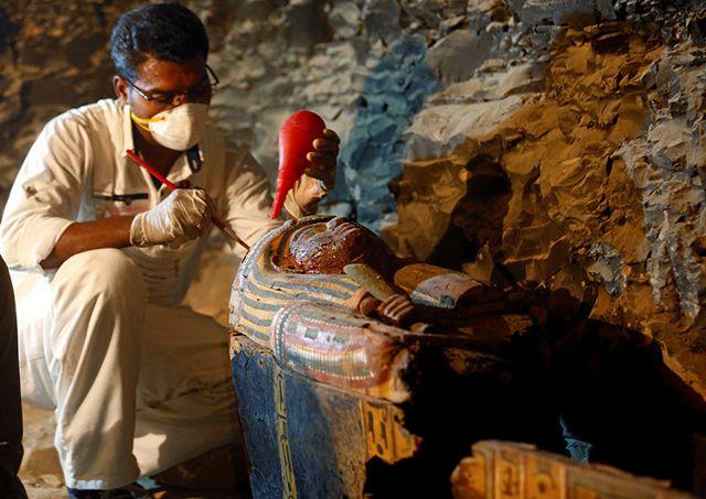 Trabajador junto a un sarcófago en la tumba recién descubierta del joyero Amenemhat en Luxor, Egipto, el 9 de setiembre de 2017