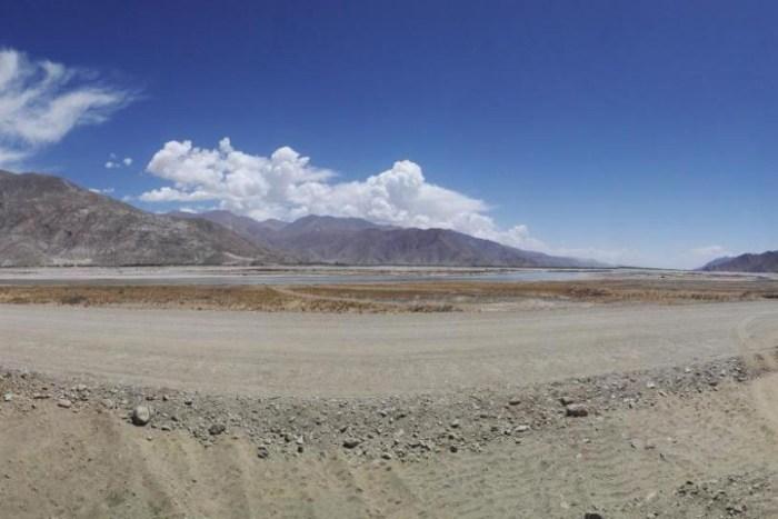 Otra imagen que muestra el lugar de trabajo de campo en la meseta tibetana de Qiantang en China durante la campaña de campo donde se descubrió la hoja de palma fósil
