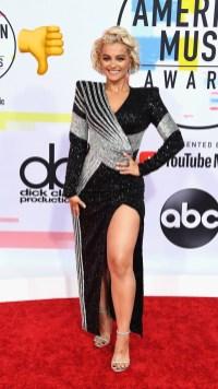 Bebé Rexha: Balmain negro con detalles plateados de hombros estructurados y abertura sobre la pierna izquierda