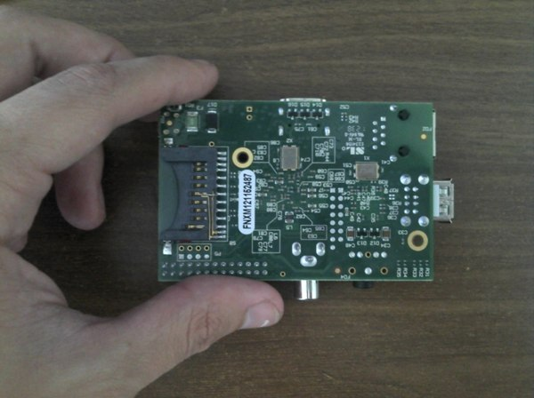 Parte inferior con slot para tarjeta SD.