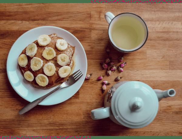 Pancakes vegan à la banane accompagnés de son thé à la rose
