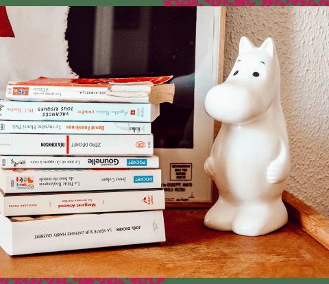 Ma pile de livres à lire cet été à côté de ma jolie lampe Moomin