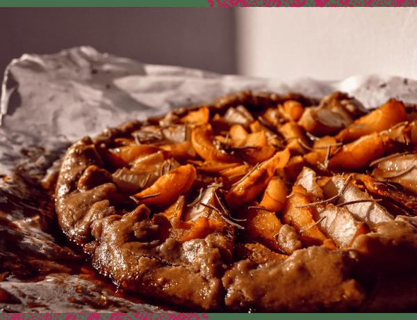 Découvrez la recette de cette tarte rustique aux pêches, aux abricots et au romarin. Gourmande et colorée !