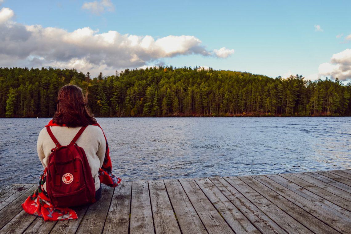 Emmy au bord du Lac Opeongo dans le Parc Algonquin avec un sac à dos Fjallraven