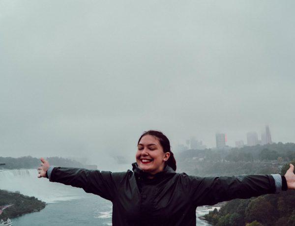 Libre sur le pont américain-canadien devant les chutes de Niagara