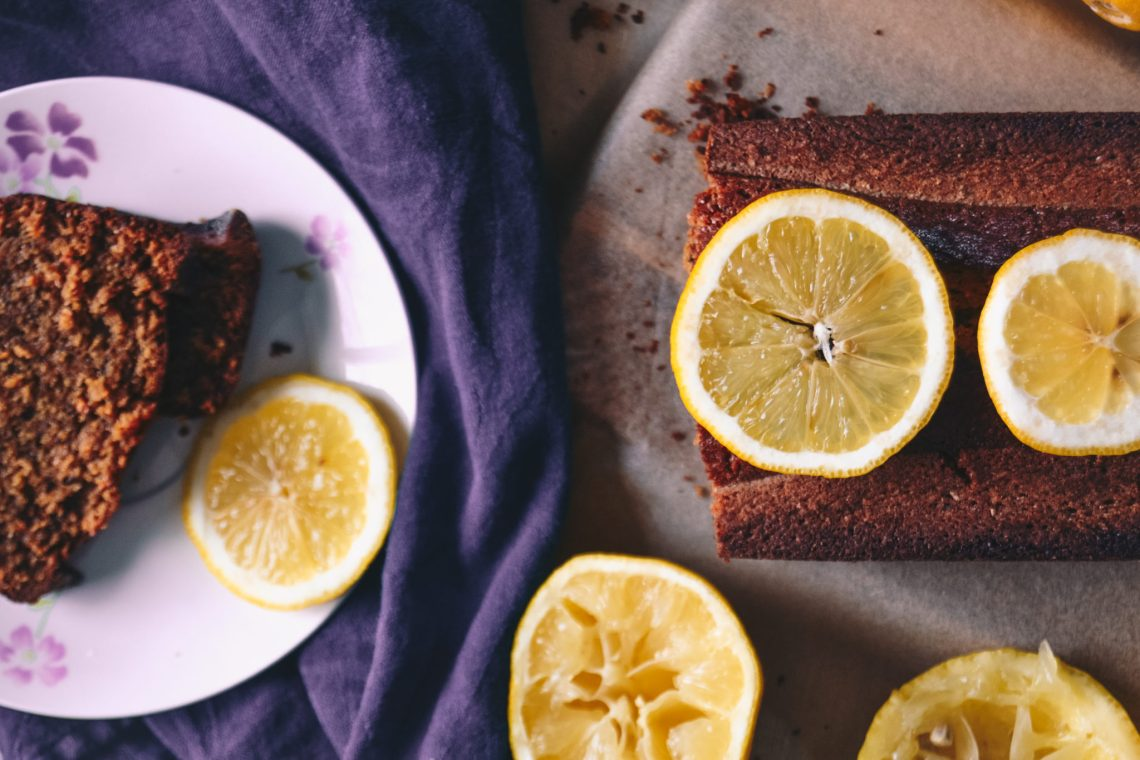 Cake au citron et pavot tranché avec des rondelles de citron et avec une serviette violette