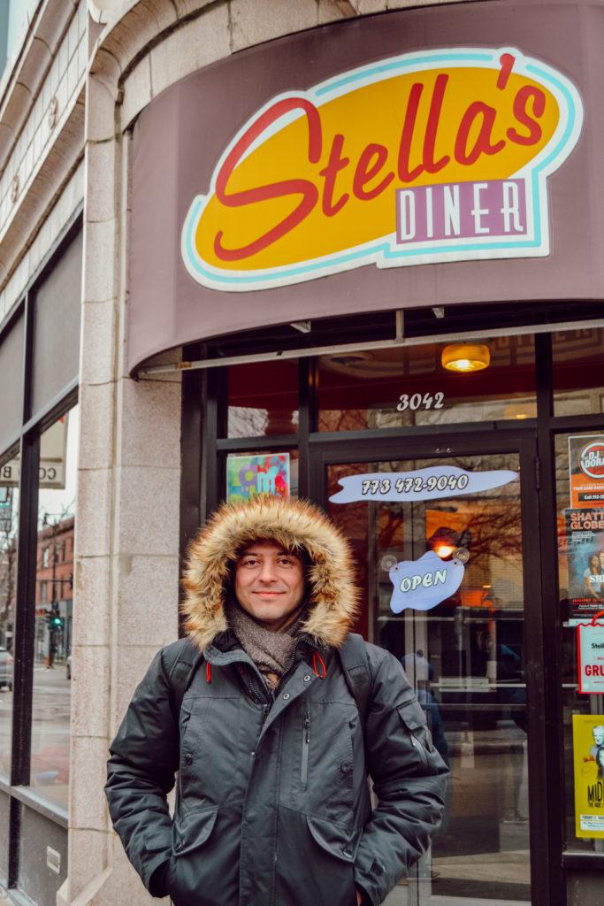 Andrés devant le Stella's Brunch, à Chicago, après avoir pris notre petit-déjeuner