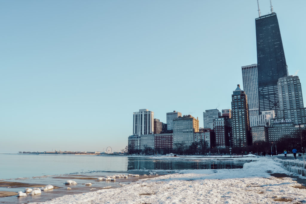 Le lac Michigan gelé à Chicago, en hiver, avec la ville et ses buildings