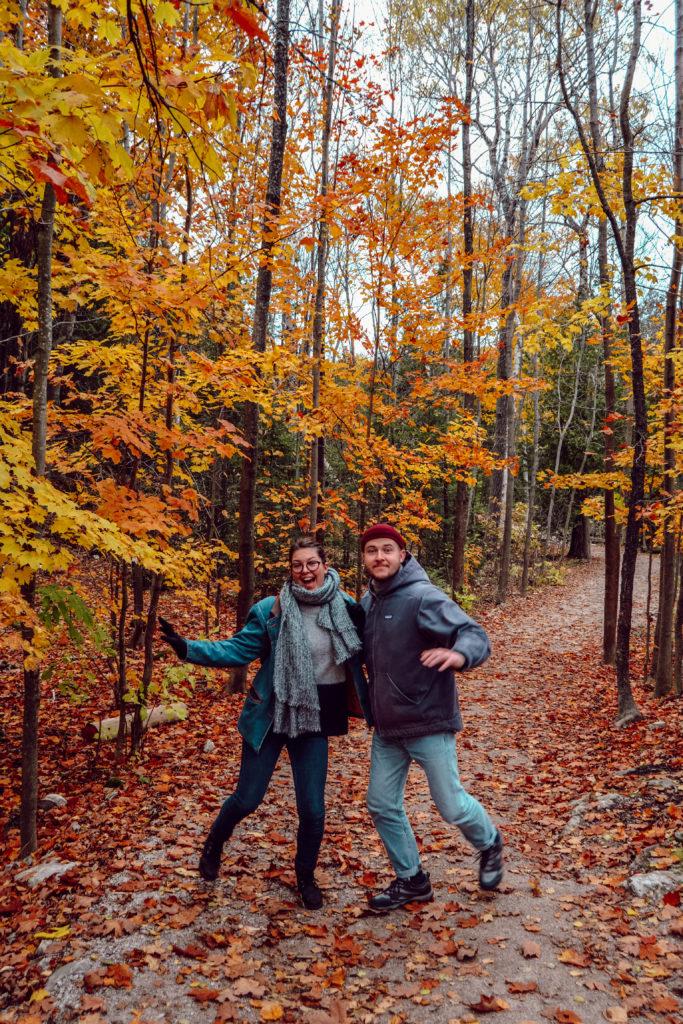 Théotime et moi sous les arbres oranges en plein automne dans le Parc de la Péninsule de Bruce au Canada en Ontario